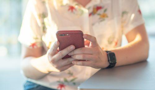 En kvinna med mobil