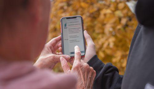 Två personer som använder mobilt BankID i mobilen