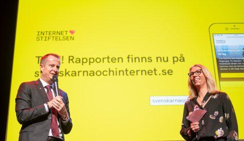 Jannike Tillå och Anders Ygeman på scenen vid släppet av Svenskarna och internet 2019.
