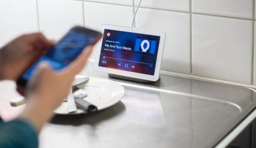 Person som styr det smarta hemmet med mobiltelefon